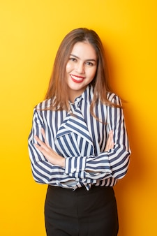 Portret piękna kobieta na żółtym tle