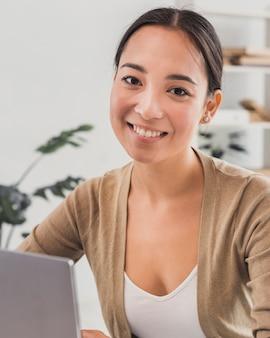 Portret piękna kobieta przy biurem