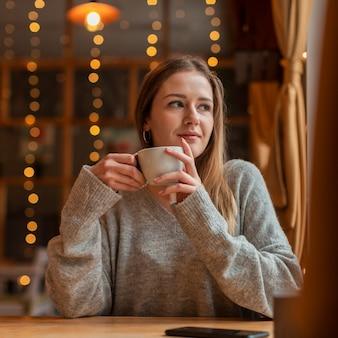 Portret piękna kobieta przy restauracją