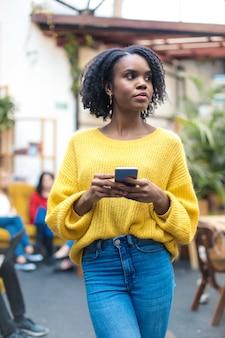 Portret piękna kobieta sprawdza jej telefon