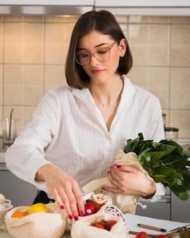Portret piękna kobieta układa warzywa