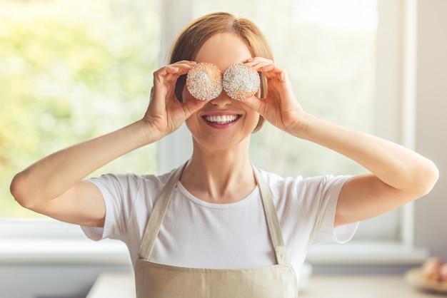 Portret piękna kobieta w fartuchu zakrywa jej oczy.