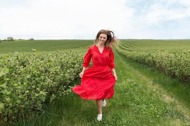 Portret piękna kobieta w polu