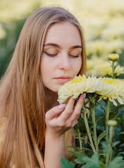 Portret piękna kobieta wącha kwiatu