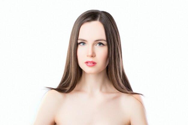 Portret piękna kobieta z długim prostym włosy odizolowywającym na białym tle.
