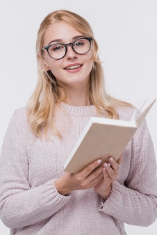 Portret piękna kobieta z eyeglasses