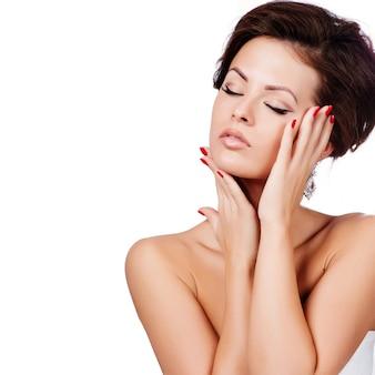 Portret piękna kobieta z kędzierzawą fryzurą i jaskrawym makeup