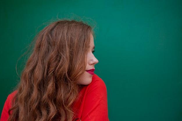 Portret piękna kobieta z kopii przestrzenią