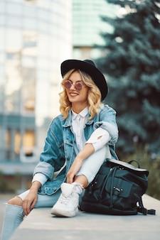 Portret piękna kobieta z okulary i kapelusz na zewnątrz