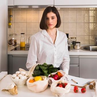 Portret piękna kobieta z organicznie sklepami spożywczymi