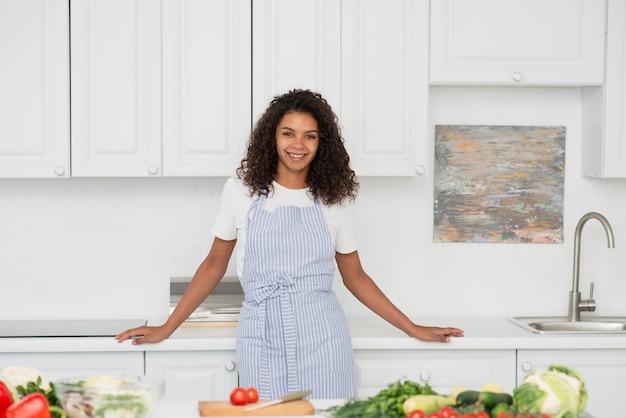 Portret piękna kobiety pozycja w kuchni