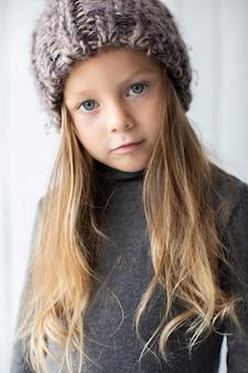 Portret piękna mała dziewczynka z niebieskimi oczami
