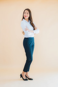 Portret piękna młoda azjatycka biznesowa kobieta