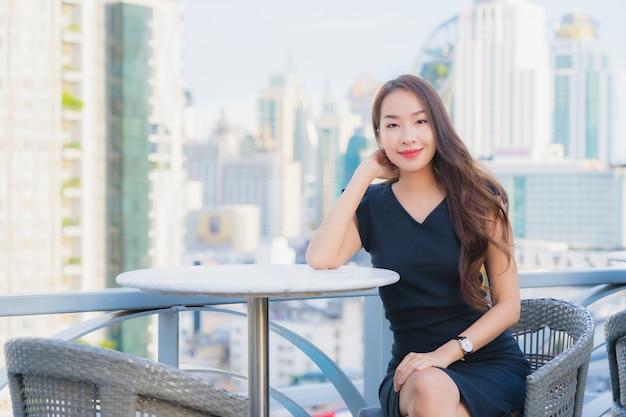 Portret piękna młoda azjatycka kobieta cieszy się koktajlami pić szkło