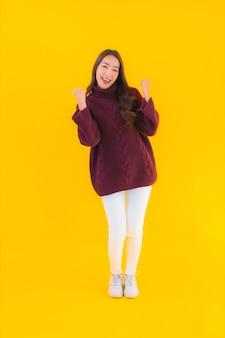 Portret piękna młoda azjatycka kobieta uśmiech szczęśliwy