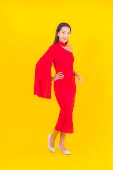 Portret piękna młoda azjatycka kobieta uśmiech z działaniem