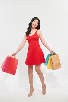 Portret piękna młoda azjatycka kobieta z torbą na zakupy