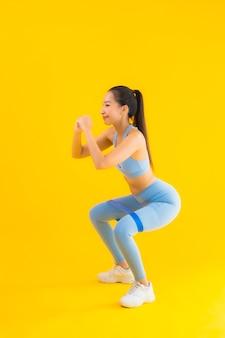 Portret piękna młoda azjatykcia kobieta jest ubranym sportwear z sport gumą