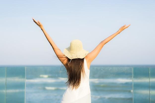 Portret piękna młoda azjatykcia kobieta szczęśliwa i uśmiech na plażowym morzu i oceanie