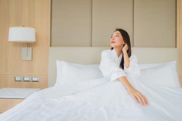Portret piękna młoda azjatykcia kobieta uśmiech szczęśliwy relaks i wypoczynek