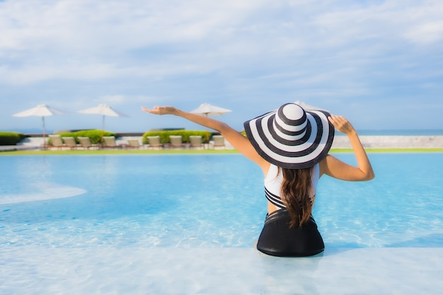 Portret piękna młoda azjatykcia kobieta wokoło pływackiego basenu