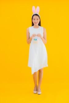 Portret piękna młoda azjatykcia kobieta z easter egg