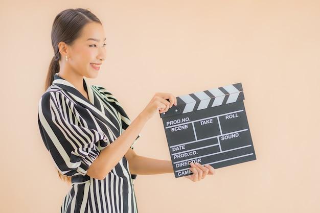 Portret piękna młoda azjatykcia kobieta z filmu clapper