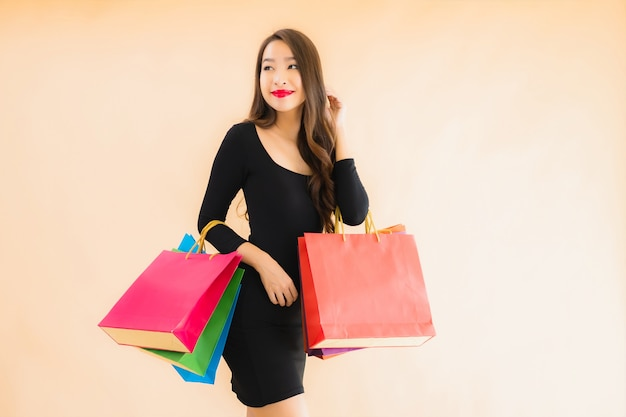 Portret piękna młoda azjatykcia kobieta z torba na zakupy