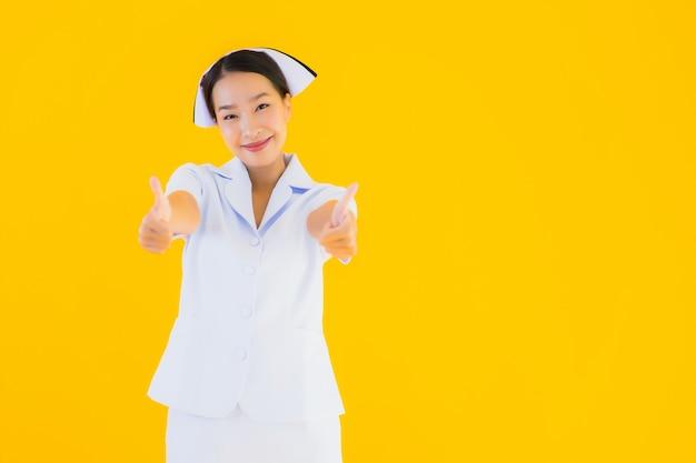 Portret piękna młoda azjatykcia tajlandzka pielęgniarka