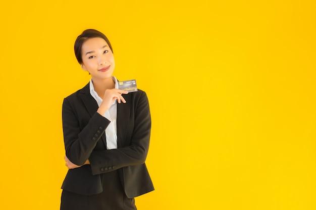 Portret piękna młoda biznesowa azjatykcia kobieta z kredytową kartą
