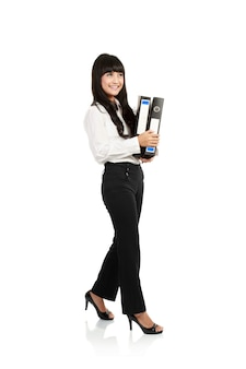 Portret piękna młoda biznesowa kobieta trzyma falcówkę, pełna długość