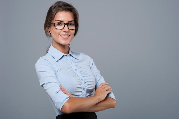 Portret piękna młoda bizneswoman