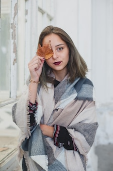 Portret piękna młoda dziewczyna - jesień nastrój