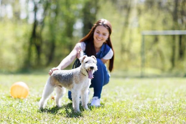 Portret piękna, młoda dziewczyna z zewnątrz pies foxterier