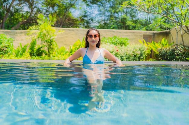 Portret piękna młoda kobieta azjatycki uśmiech szczęśliwy relaks i wypoczynek w basenie