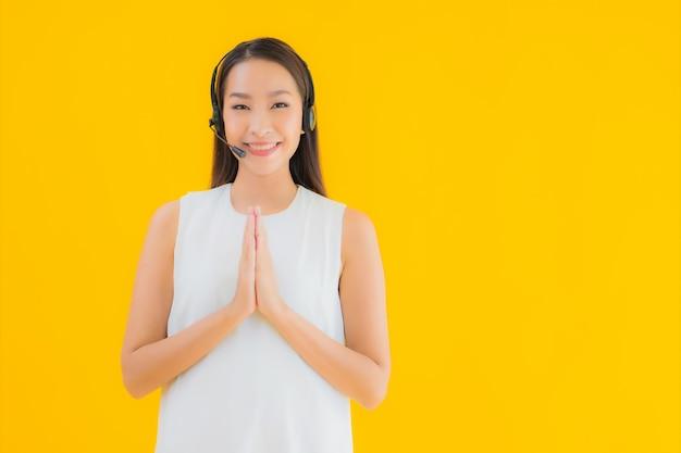 Portret piękna młoda kobieta azjatyckich callcenter o pomoc