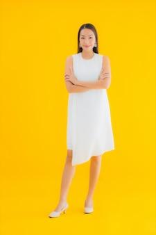 Portret piękna młoda kobieta azji w akcji