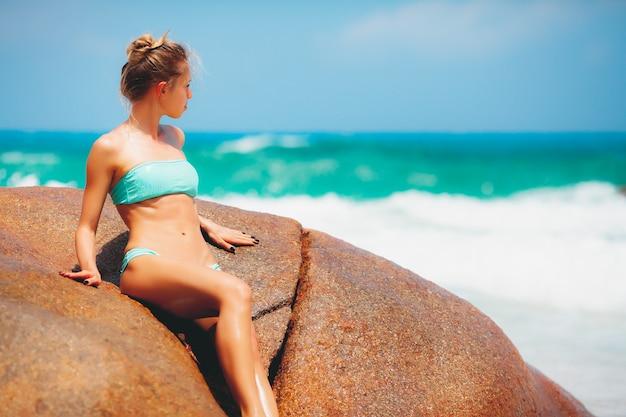 Portret piękna młoda kobieta na wakacjach