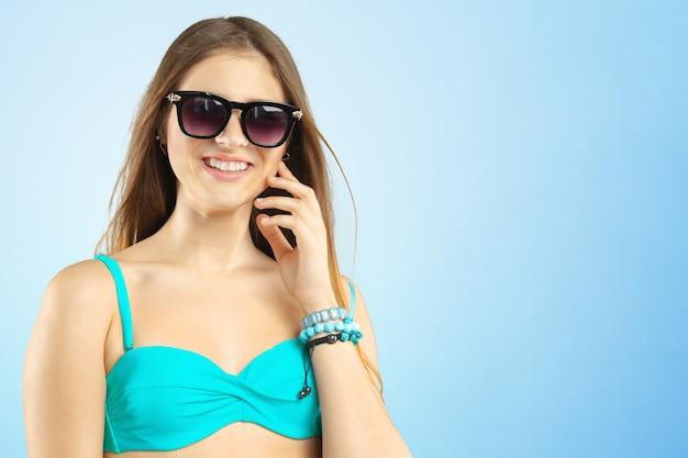 Portret piękna młoda kobieta pozuje w bikini