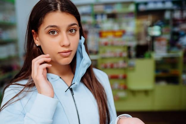 Portret piękna młoda kobieta przy apteką