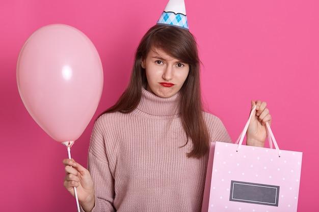 Portret piękna młoda kobieta świętuje jej urodziny