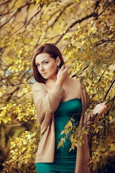 Portret piękna młoda kobieta w jesień parku. zdjęcia w ciepłych kolorach
