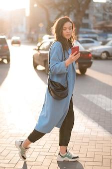 Portret piękna młoda kobieta z telefonem komórkowym