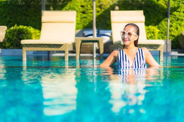 Portret piękna młoda kobieta zrelaksować się uśmiech wypoczynek na wakacjach wokół basenu w hotelowym kurorcie