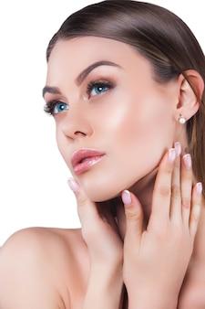 Portret piękna młoda piękna blond kobieta atrakcyjna kobieta na białym tle lady demonstruje makijaż
