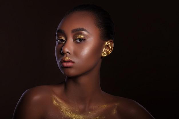 Portret piękna modelki o niecodziennym wyglądzie. czarna kobieta. zamyka w górę pracownianego portreta piękna młoda afrykańska kobieta
