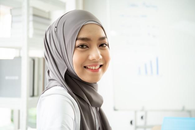 Portret piękna muzułmańska kobieta w biurze