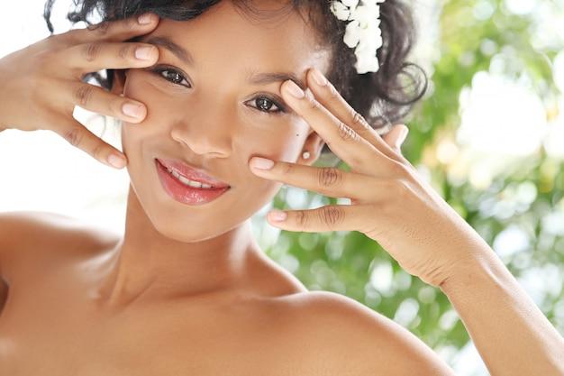 Portret piękna naga kobieta dla czarnego skóry opieki pojęcia