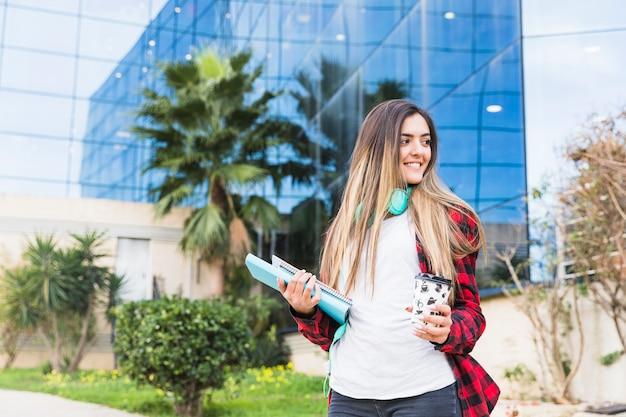 Portret piękna nastoletnia dziewczyna stoi przy kampusem