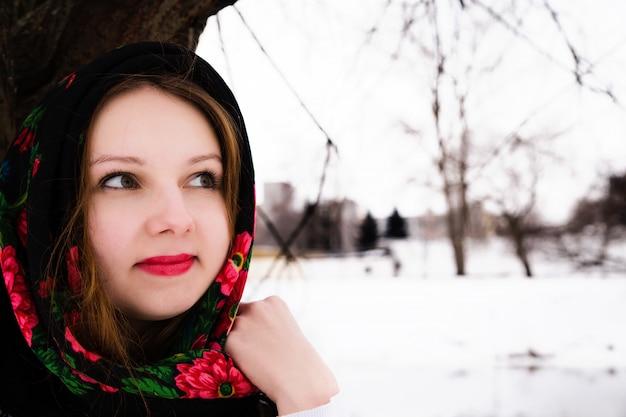 Portret piękna rosjanka w chuście